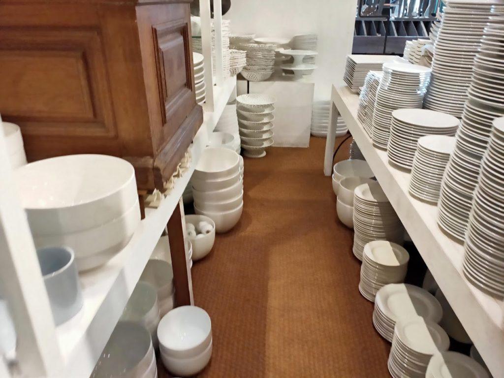 パラダイスロード店内の白いお皿