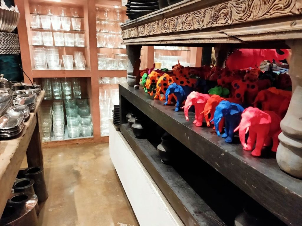 パラダイスロード店内の象の置物