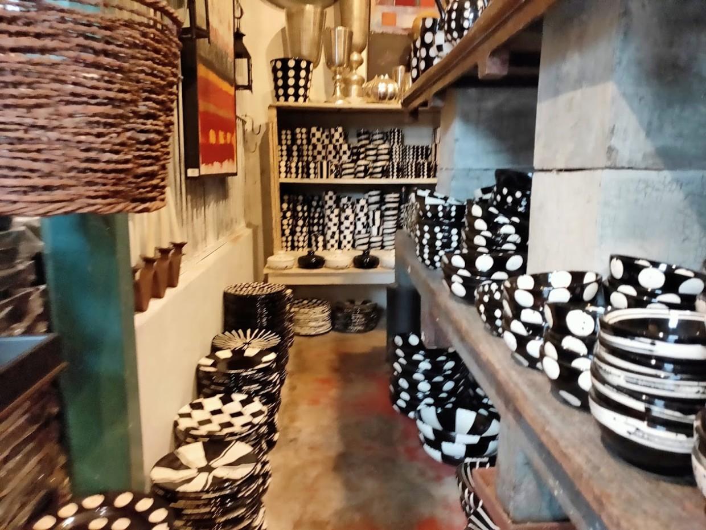 パラダイスロード店内の白黒のお皿