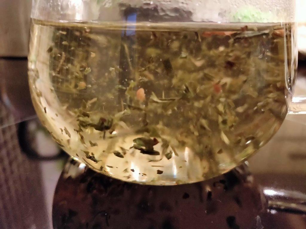 台湾リプトンの玄米茶の茶葉にお湯を注ぐ