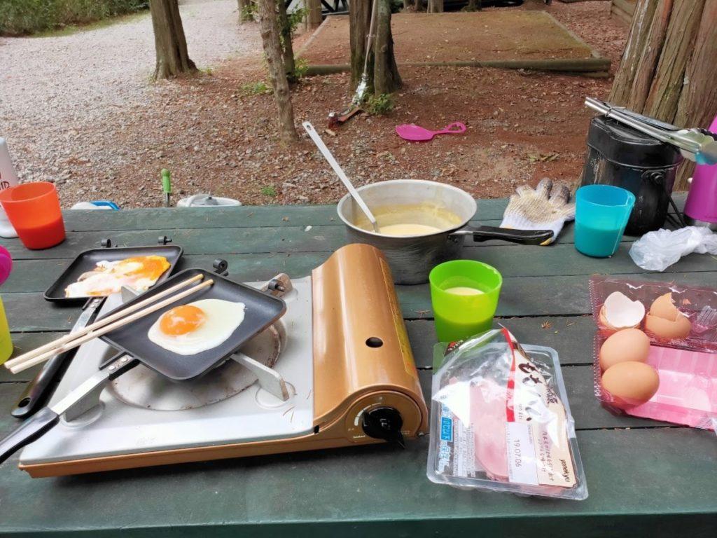 憩いの森公園林間サイトでの朝の調理