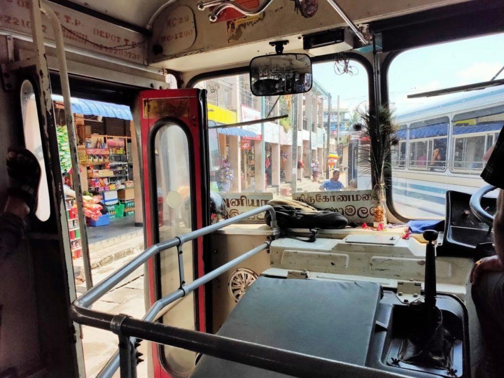 トリンコマリーからニラヴェリのバス