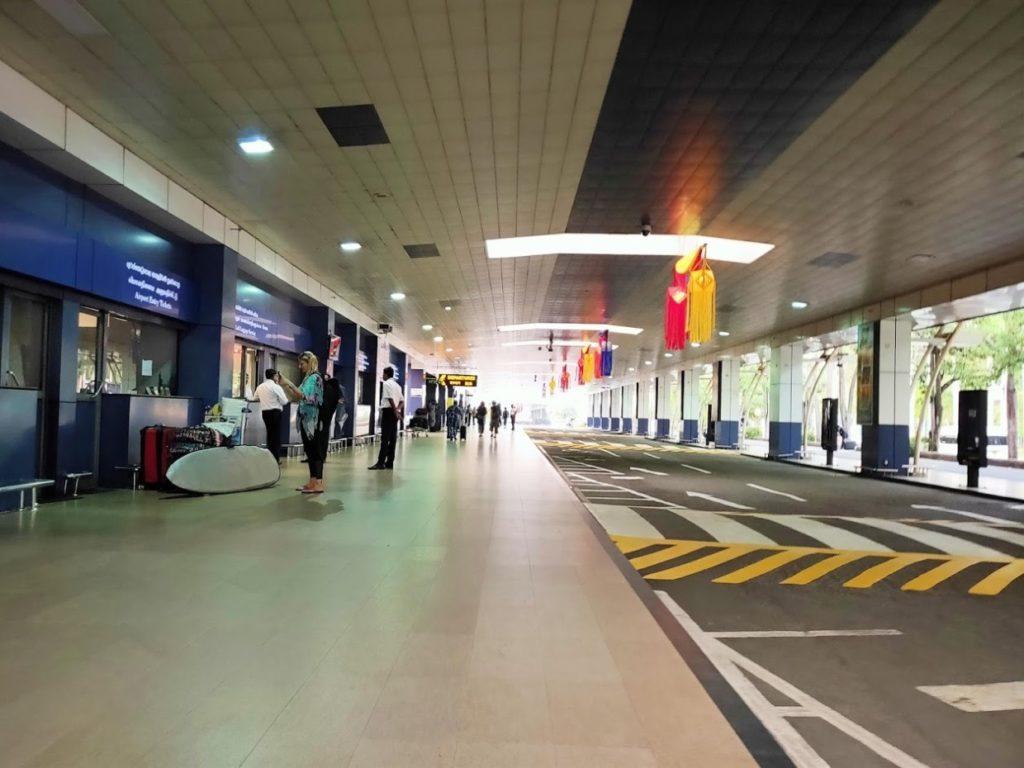 バンダラナイケ国際空港前の道