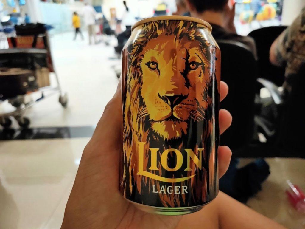 バンダラナイケ国際空港でビール