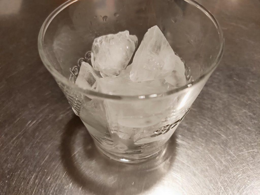ジョージスチュアートティーのジンジャーのグラスと氷