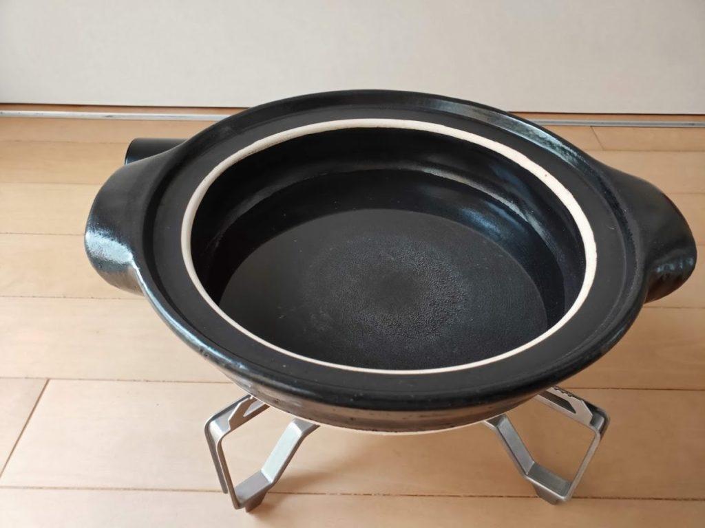 スノーピークバーナーと無印の土鍋に水を入れる