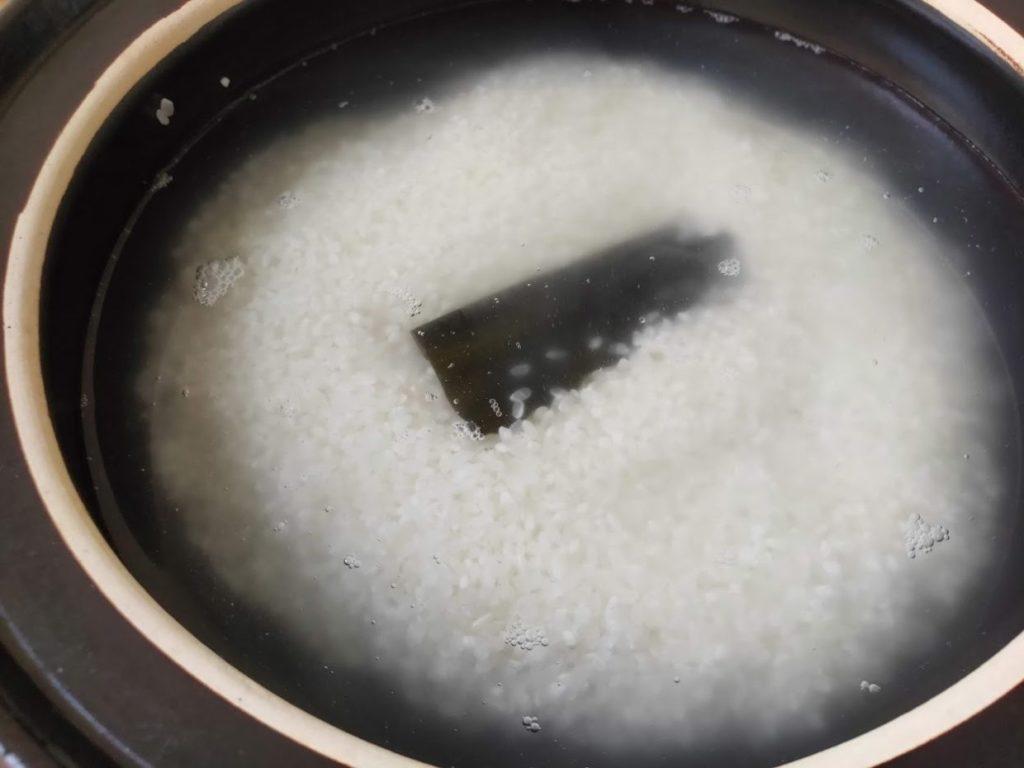 土鍋で炊飯昆布を入れる
