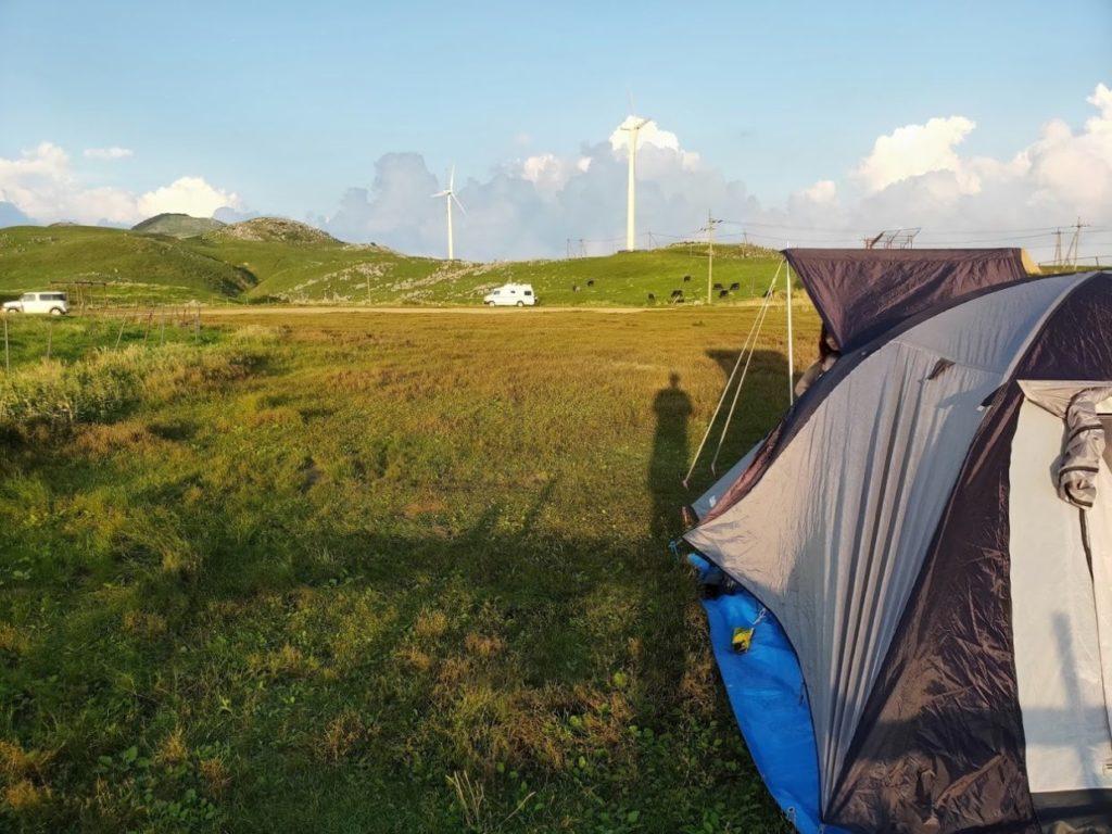 姫鶴平キャンプ場でテント設営
