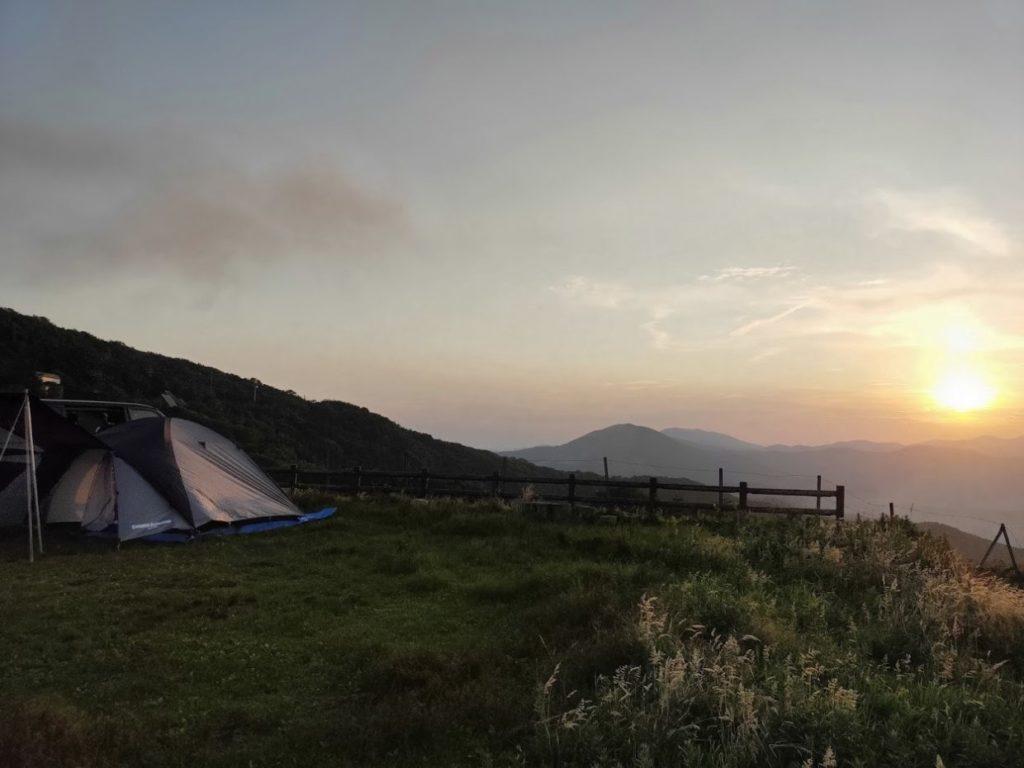 姫鶴平キャンプ場のテントと太陽2