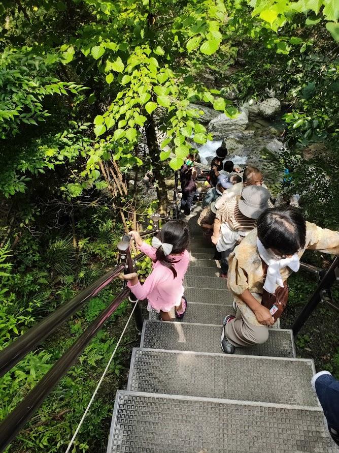 にこ淵の急な階段