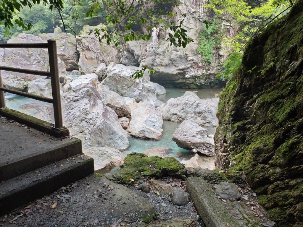 中津渓谷の岩と川
