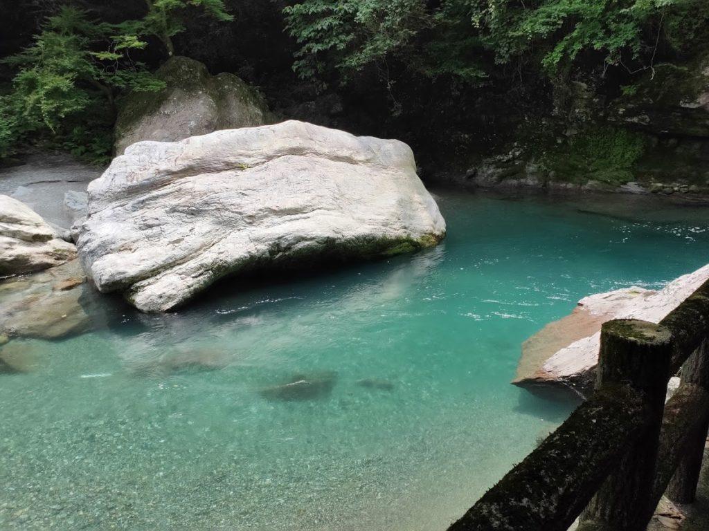 中津渓谷の青い水