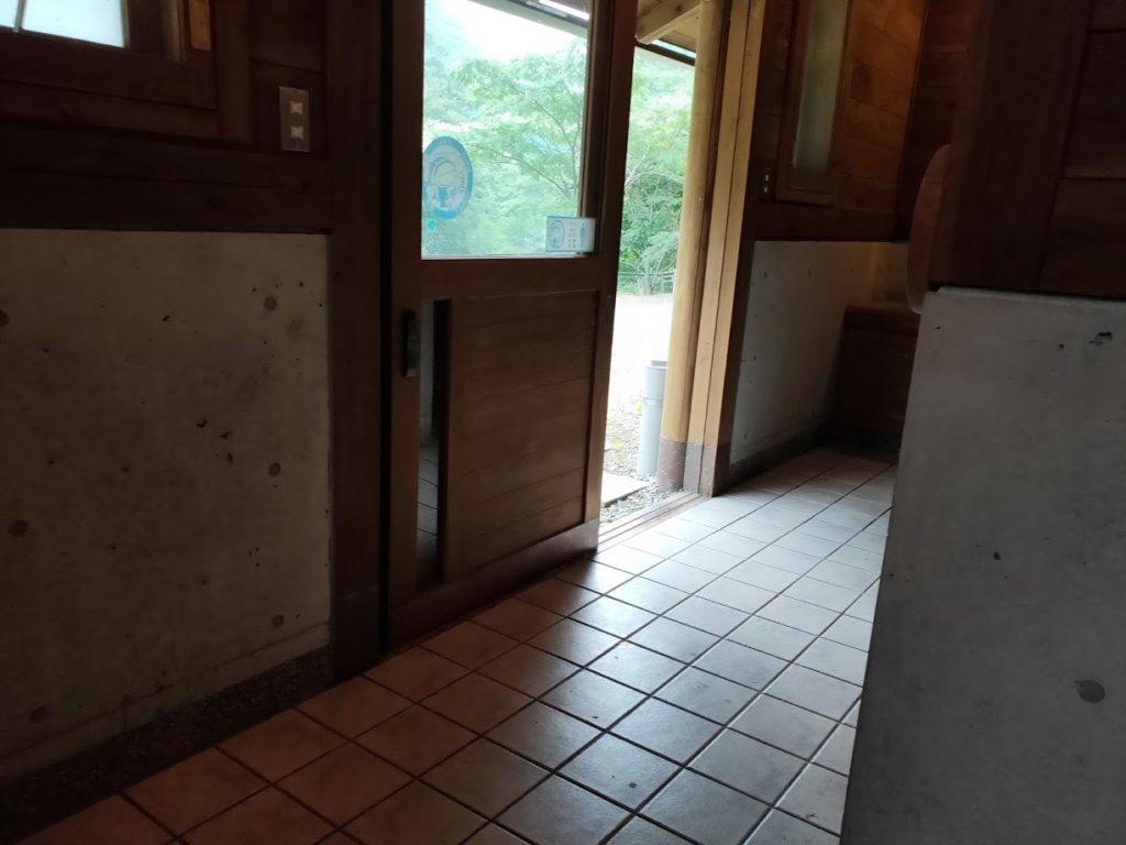 夢の森公園キャンプ場のトイレ入り口