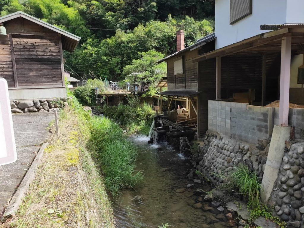 小鹿田焼の川