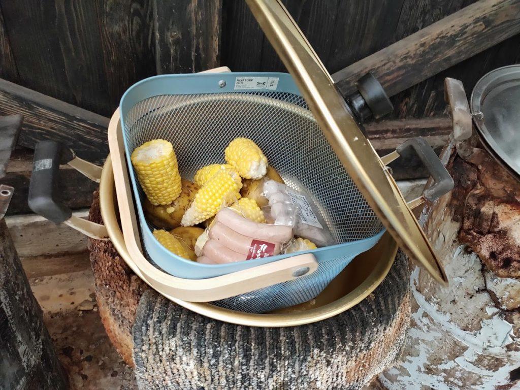 はげの湯温泉くぬぎ湯の蒸気鍋にかごを入れる