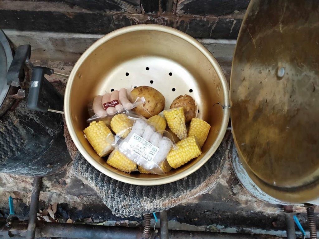 はげの湯温泉くぬぎ湯の蒸気鍋に直接入れる