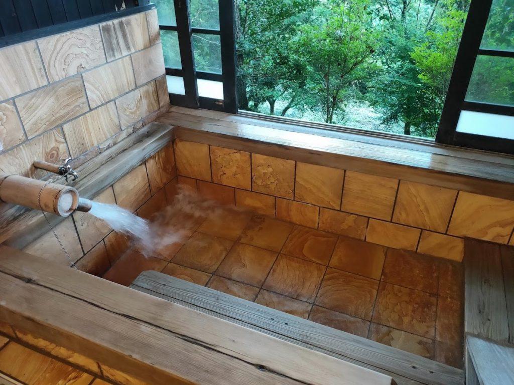 はげの湯温泉くぬぎ湯にお湯を入れる
