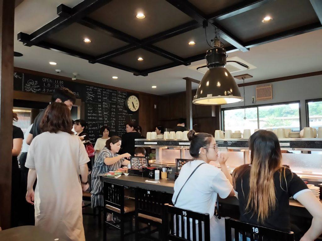 亀正くるくる寿司の店内1