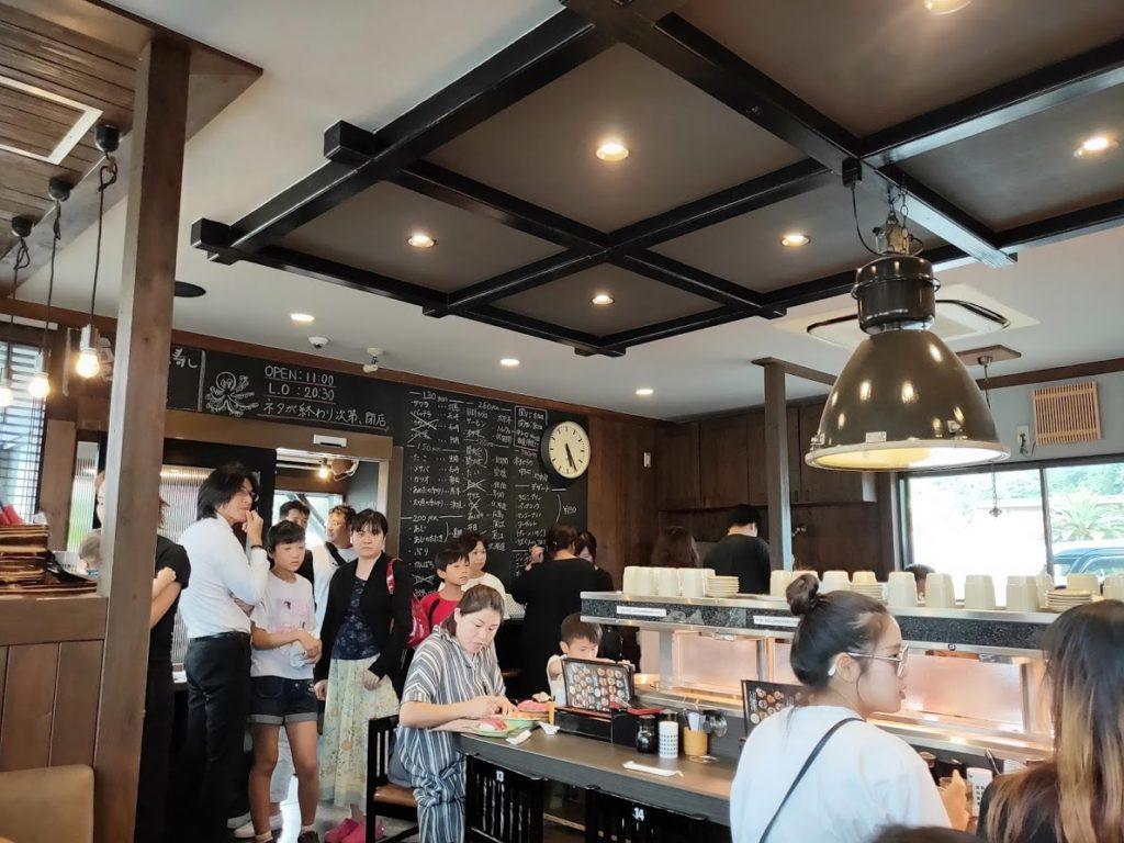 亀正くるくる寿司の店内3