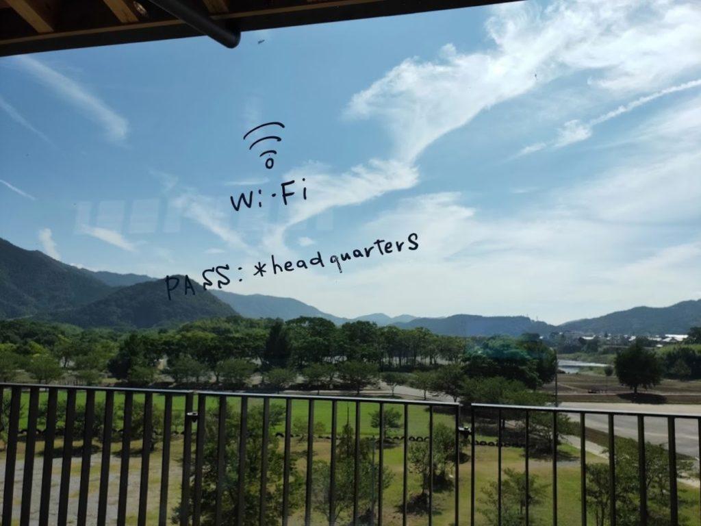スノーピーク道の駅おちの店内の窓とWi-Fi