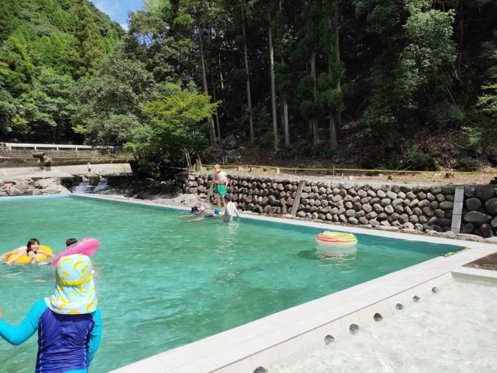 日田市小野川自然プールのプールとプールサイド