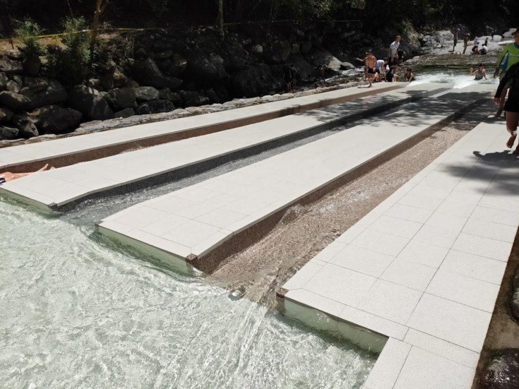 日田市小野川自然プールの滑り台3本