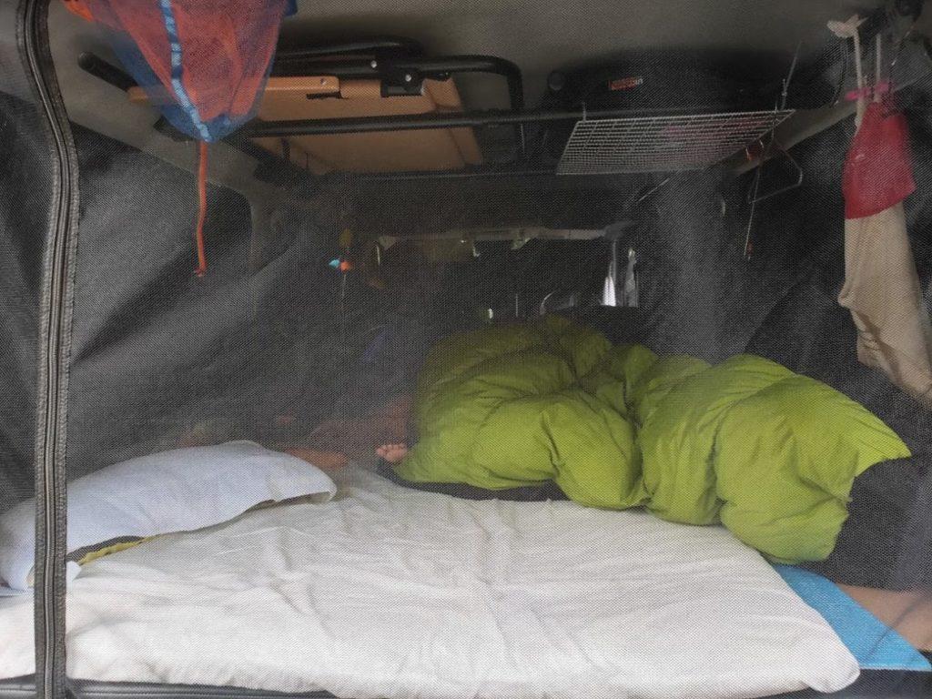 ハイエース車泊の車内ベッド
