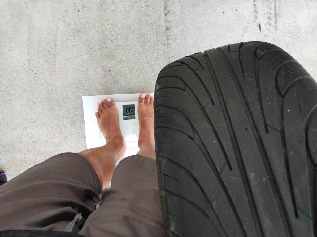 ミニクーパーSの古いタイヤホイールと男の重量