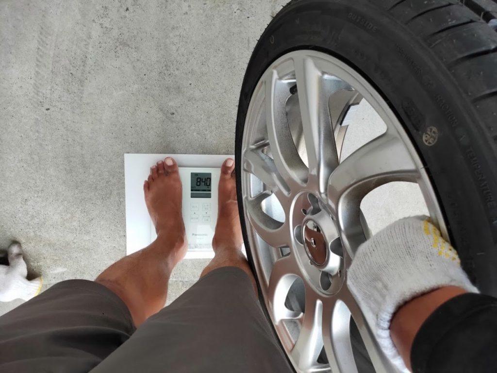 ミニクーパーSの新しいタイヤホイールと男の重量