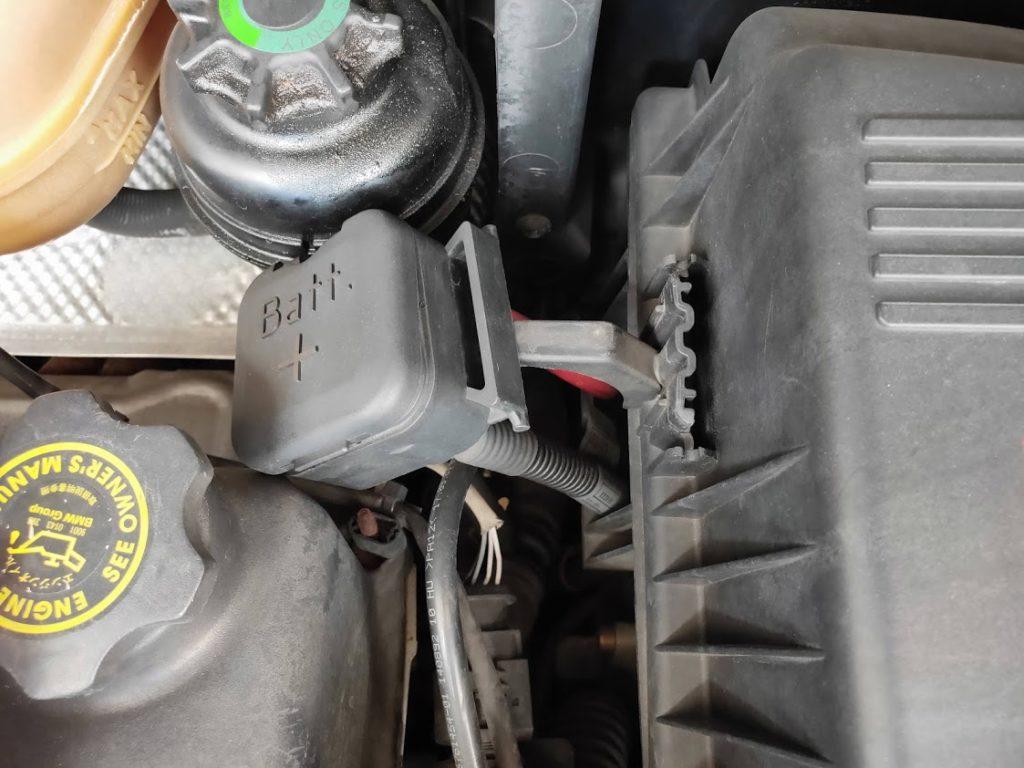 ミニクーパーSエアクリーナーボックス横のバッテリープラスを外した