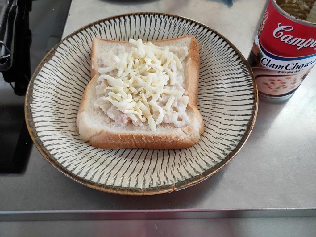 パンにクラムチャウダーとチーズ