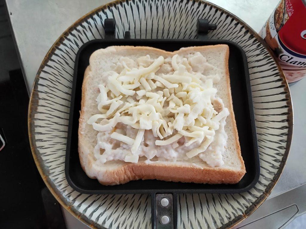 パンにクラムチャウダーチーズとホットサンド