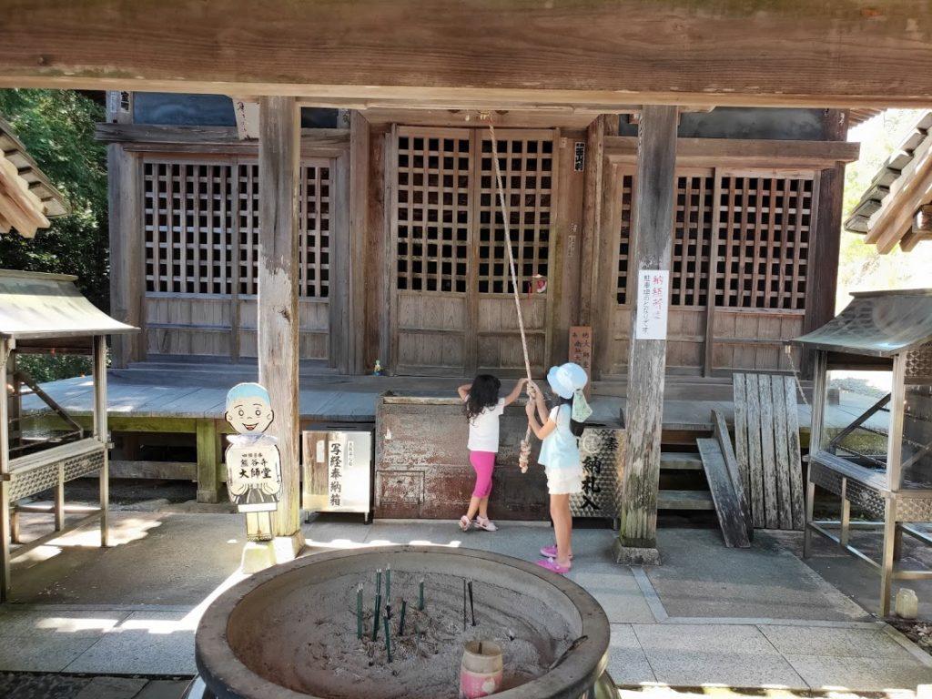 8番熊谷寺の大師堂と子ども