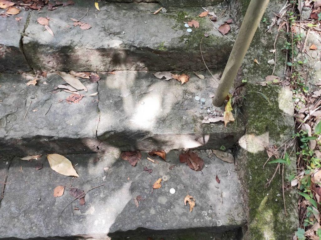 10番切幡寺の階段のお金