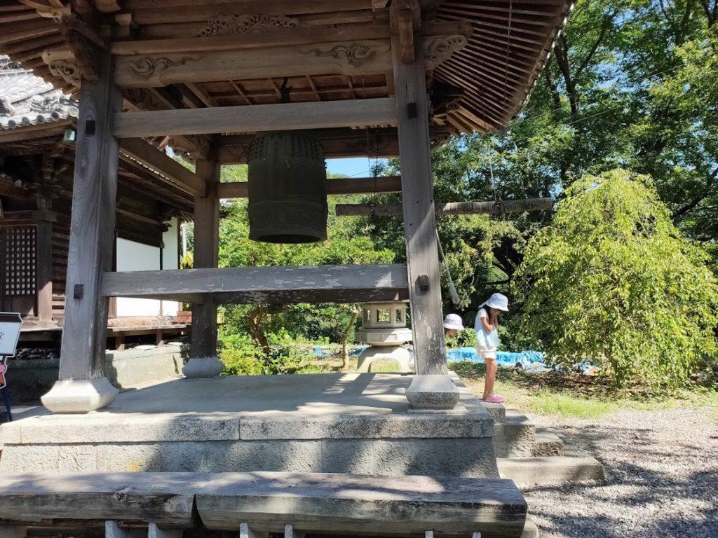 10番切幡寺の鐘をならす子ども達