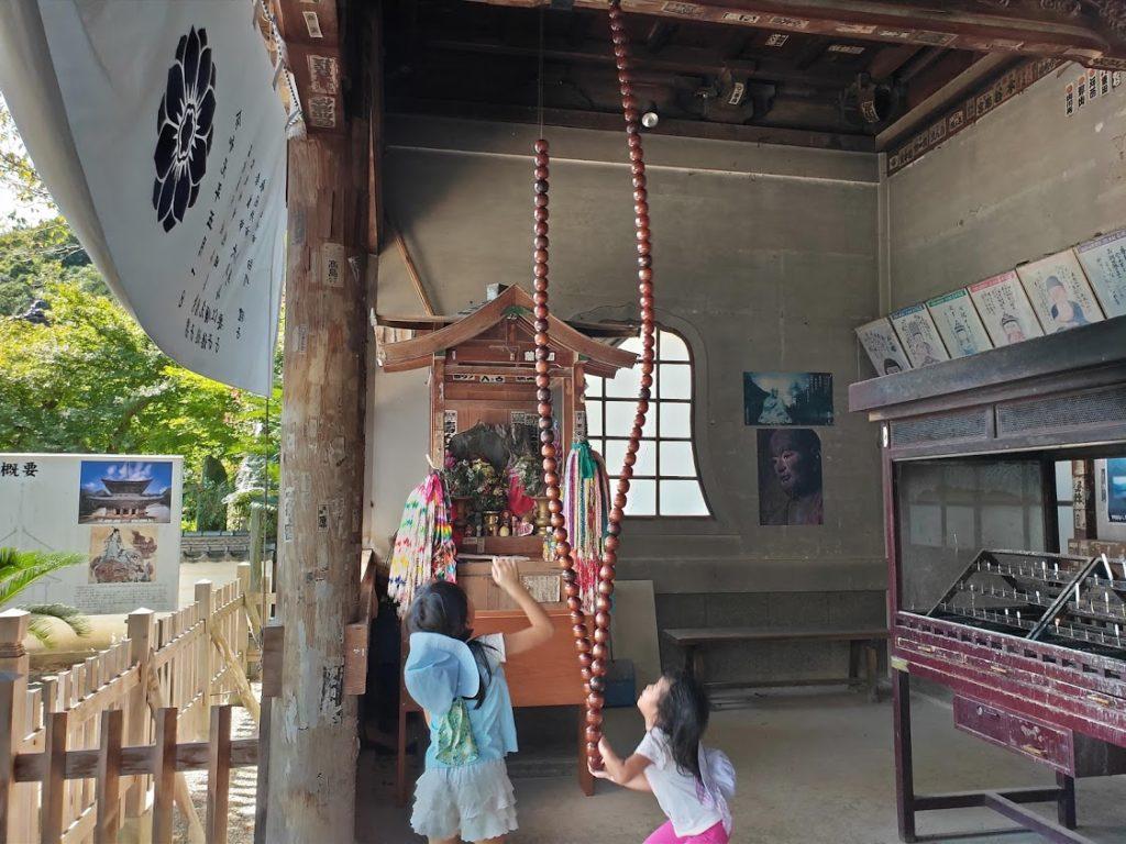 10番切幡寺の本堂で遊ぶ子ども
