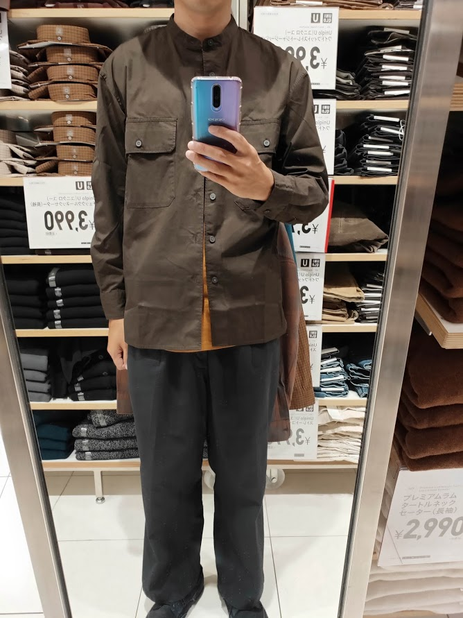 ユニクロUワイドフィットスタンドカラーシャツのダークブラウンM前