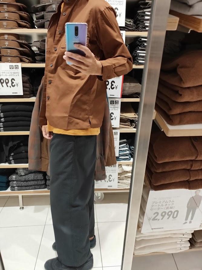 ユニクロUワイドフィットスタンドカラーシャツのブラウンS横