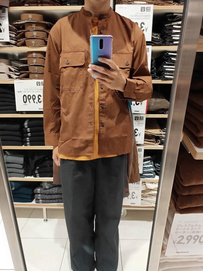 ユニクロUワイドフィットスタンドカラーシャツのブラウンM前