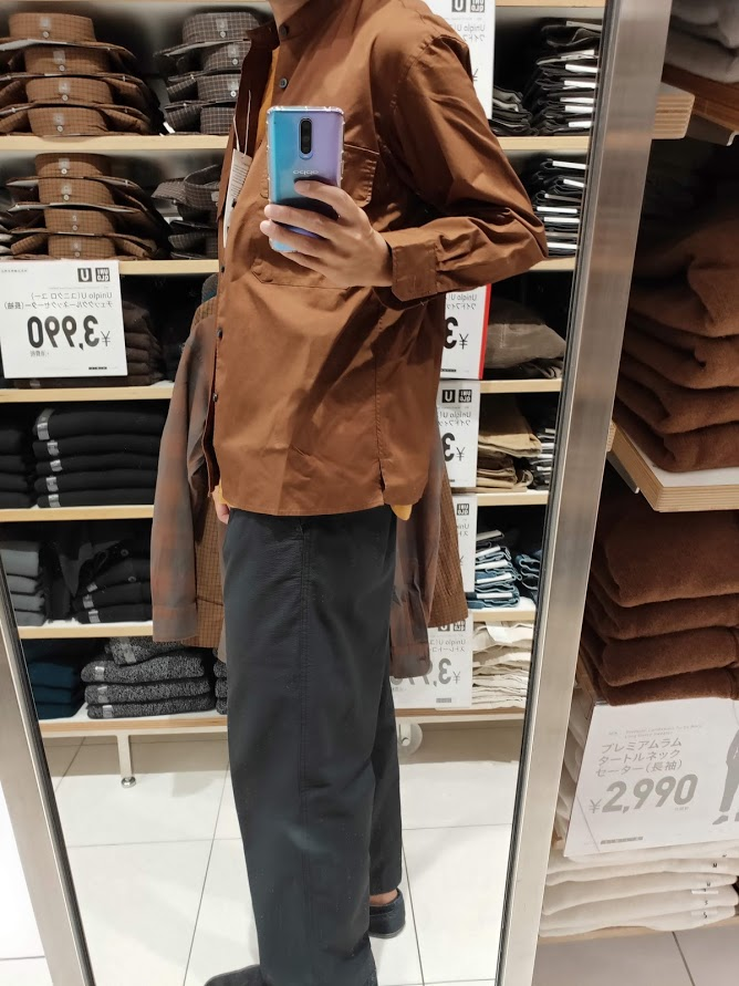 ユニクロUワイドフィットスタンドカラーシャツのブラウンM横