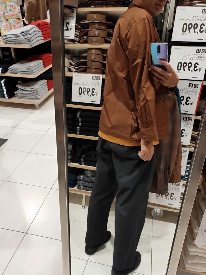 ユニクロUワイドフィットスタンドカラーシャツのブラウンM後ろ