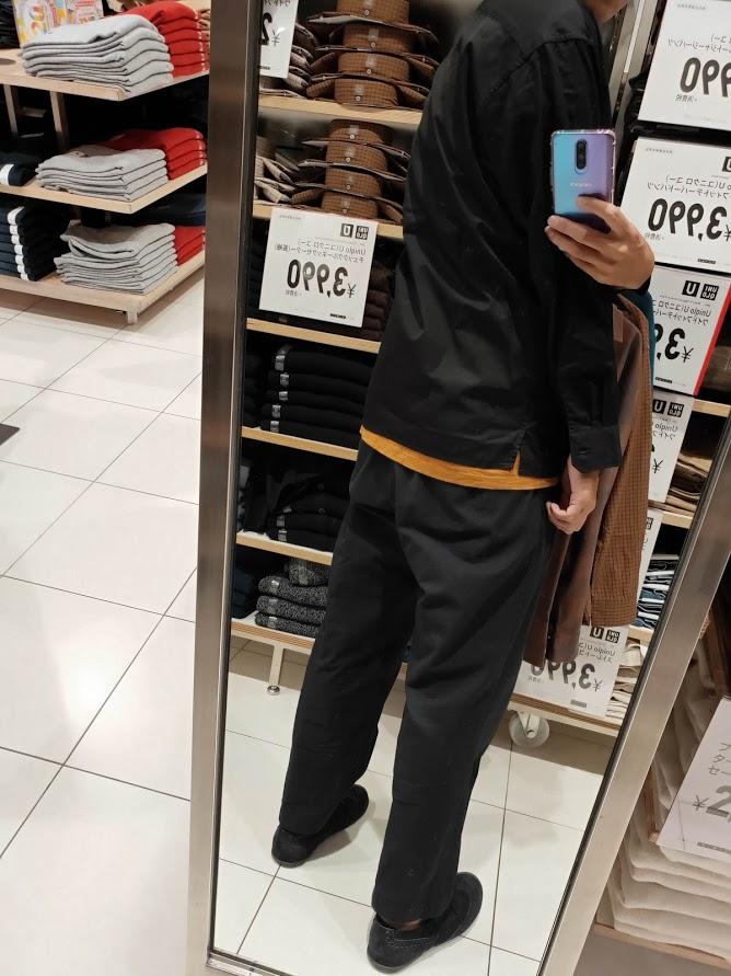ユニクロUワイドフィットスタンドカラーシャツのブラックM後ろ