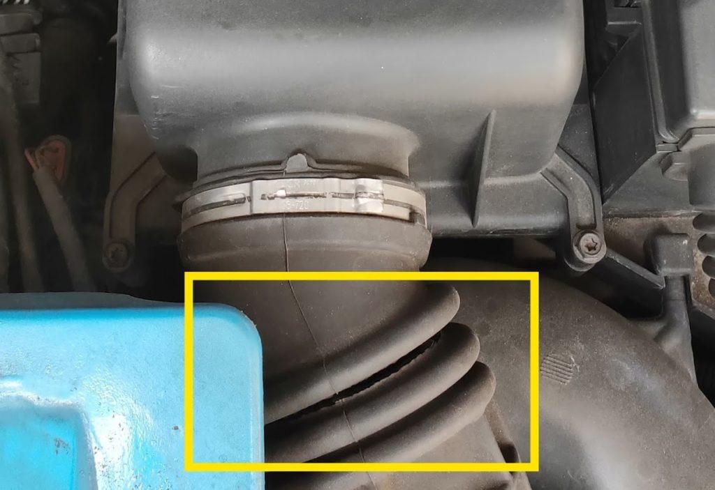ミニクーパーSのエアクリーナーボックスホースのひび割れ