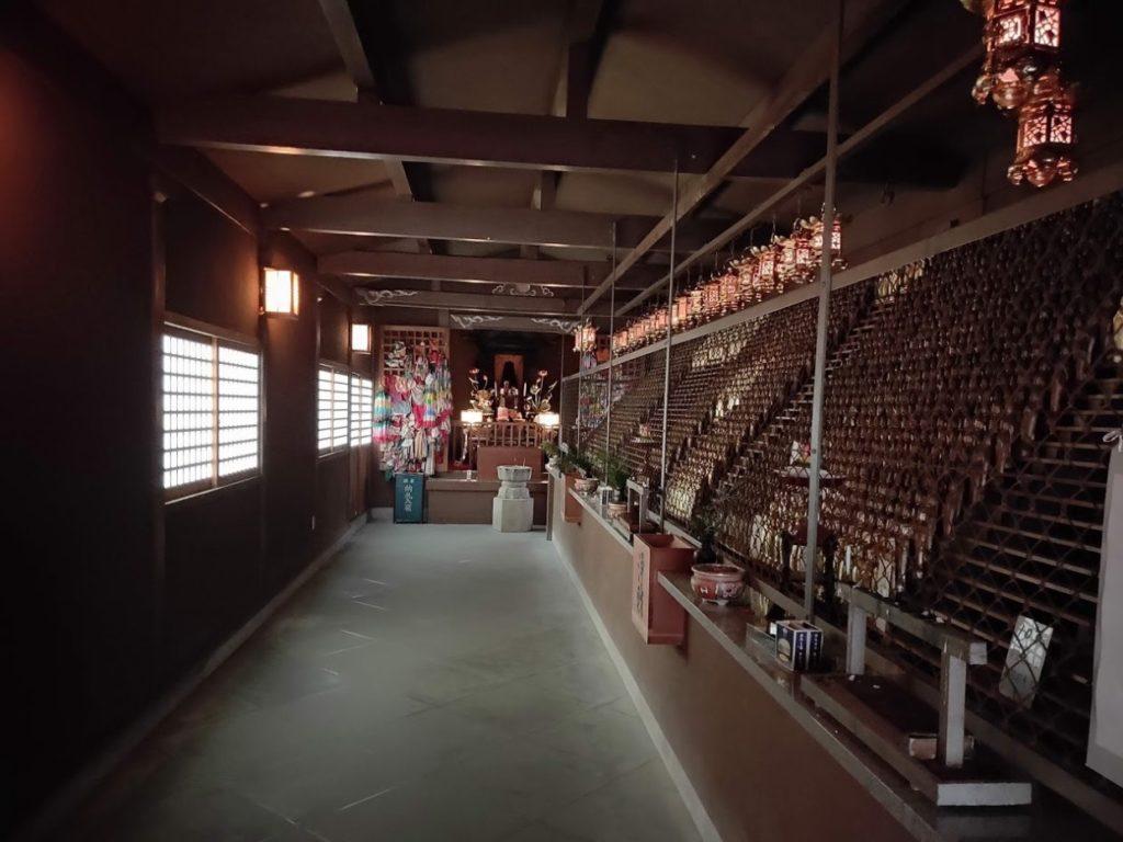 82番根香寺のたくさんの仏像が飾られた部屋