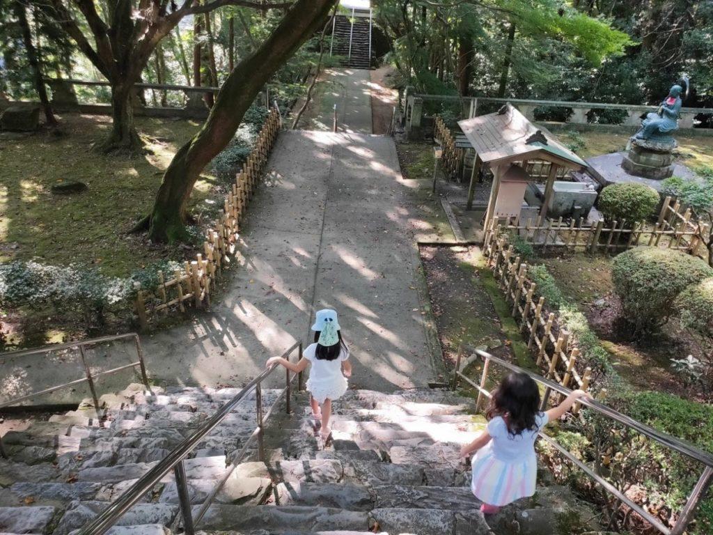 82番根香寺の道を歩く二人の子ども