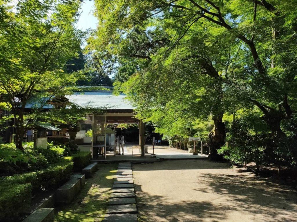 81番白峯寺の本堂横のお遍路の人々