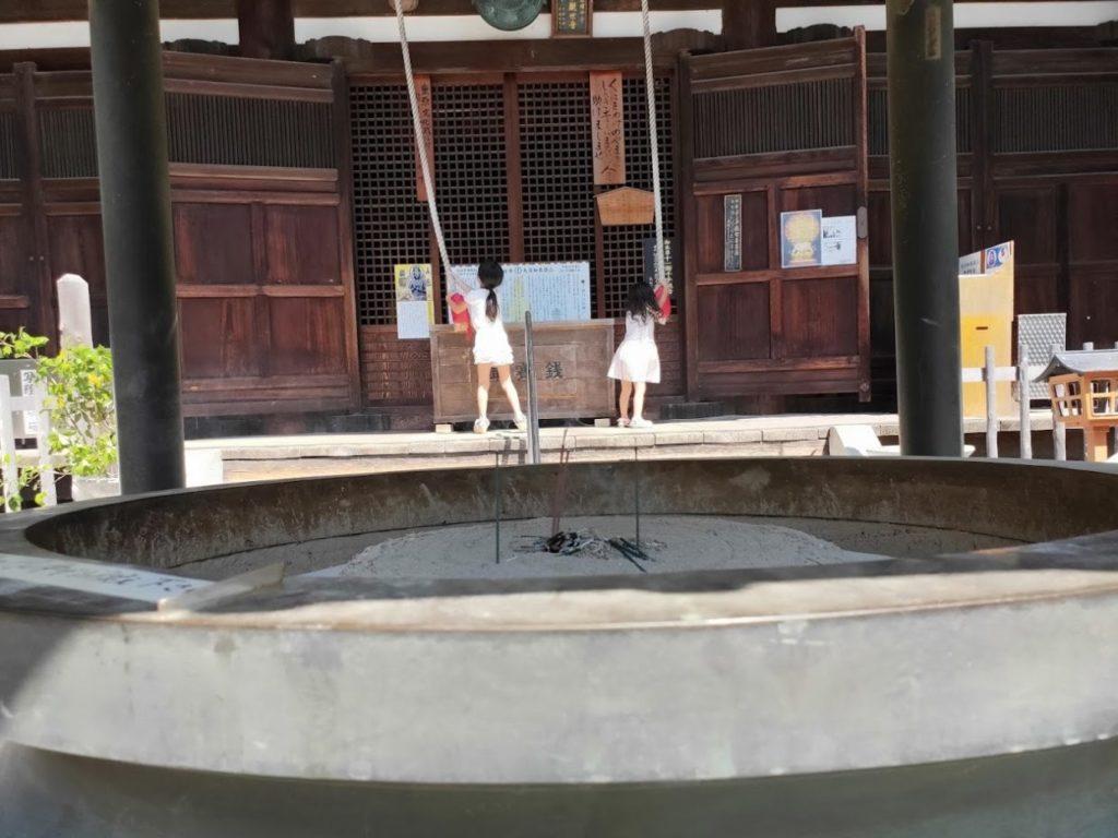 80番国分寺の鐘をならす二人の子ども