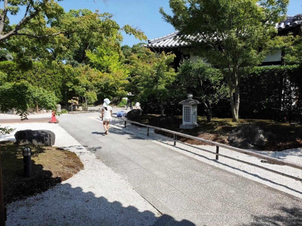 83番一宮寺の庭の道