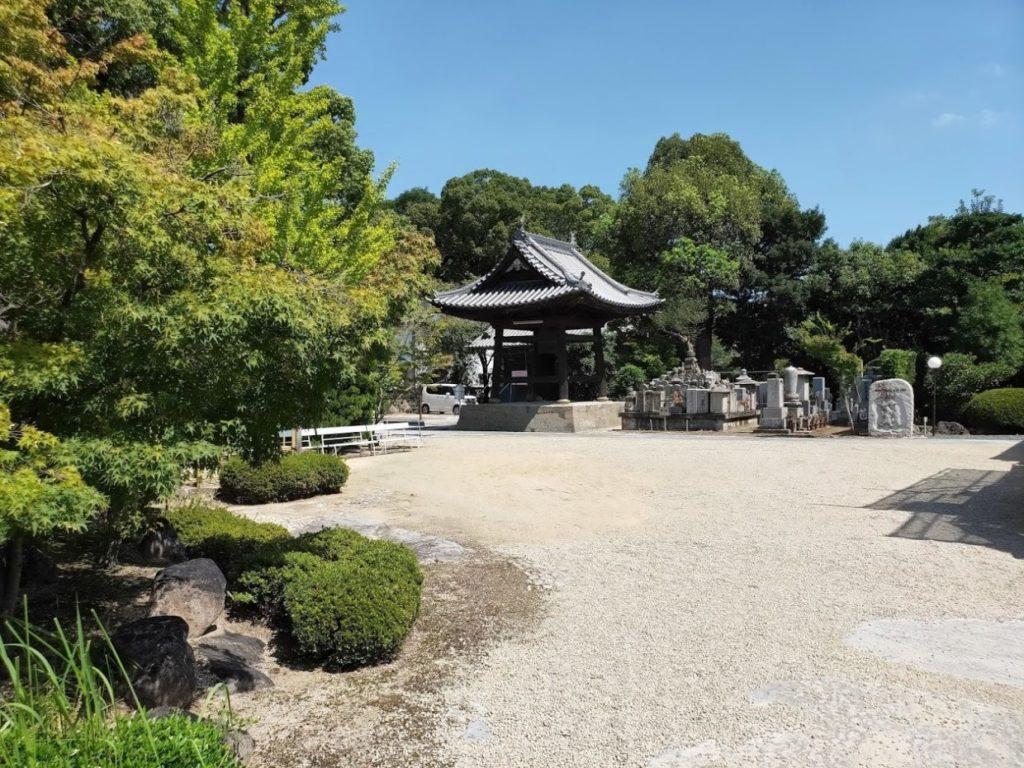 83番一宮寺の鐘と庭