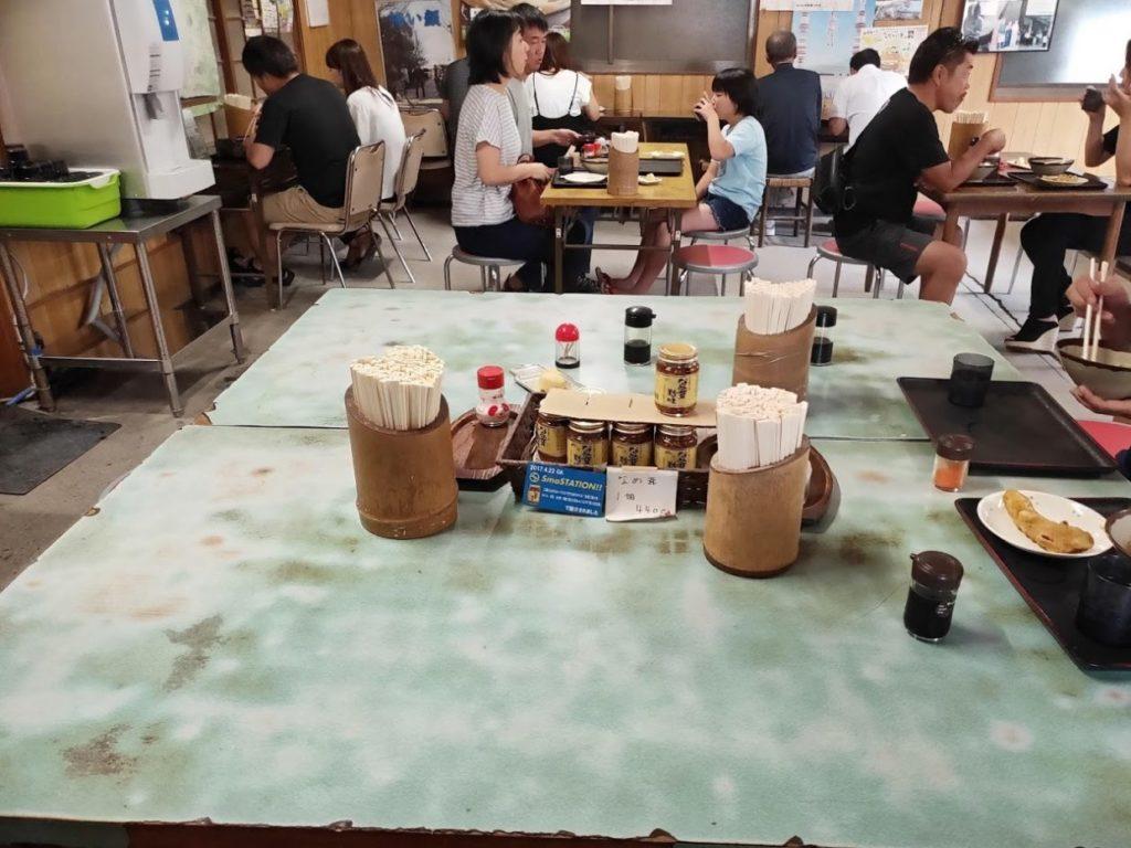 山内うどんの店内のテーブル
